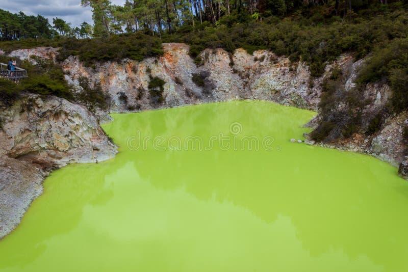 Devil& x27;s洞水池,Wai-O-Tapu热量妙境,罗托路亚,新西兰 免版税库存图片