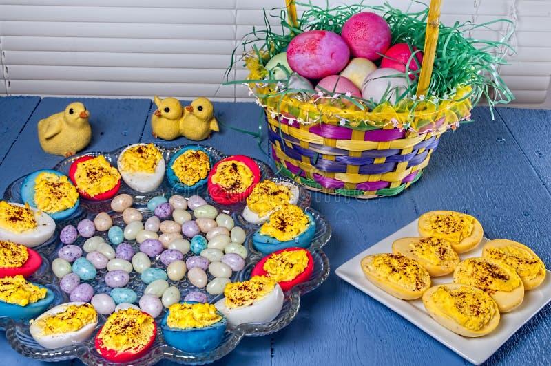 Deviled ägg, färgad påsk, godis royaltyfri fotografi