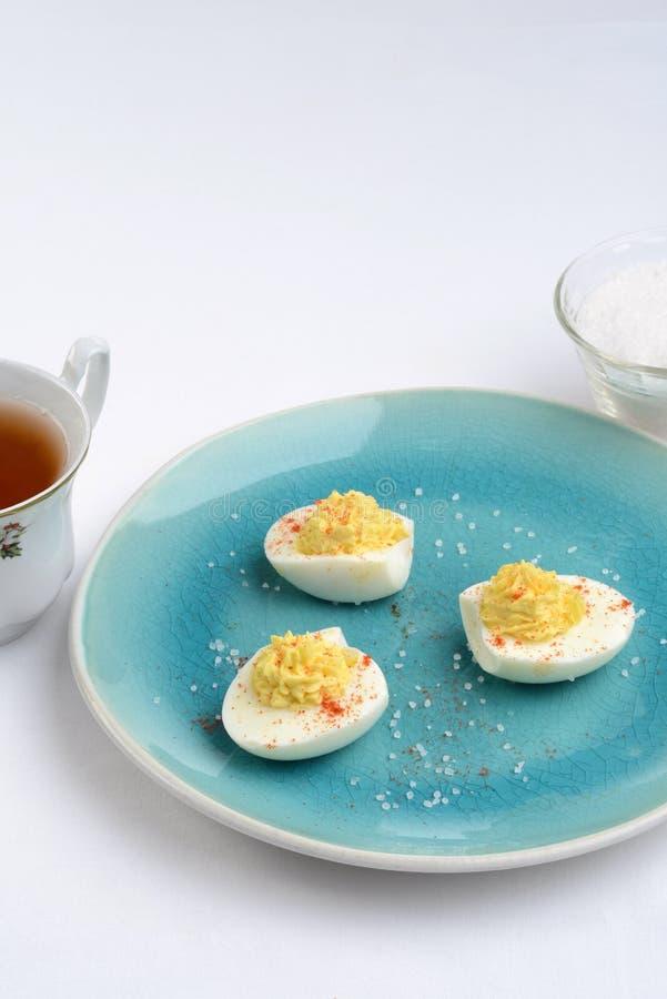 Deviled jajka na błękitnym talerzu zdjęcia stock