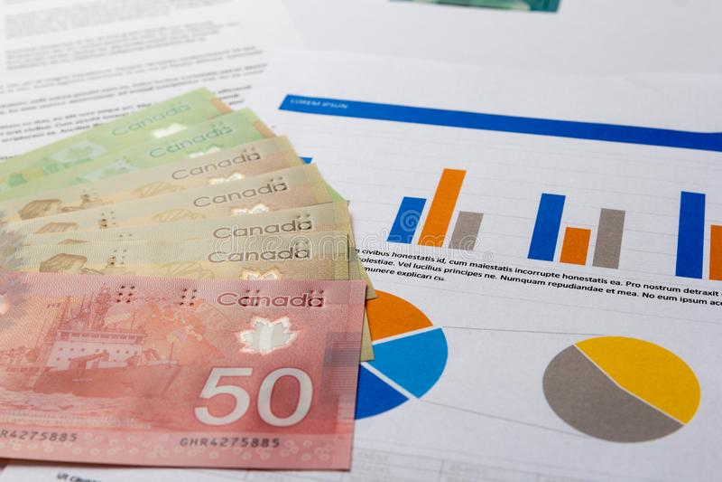 Devise canadienne Dollars Factures écartées sur prévoir le document graphique photos libres de droits