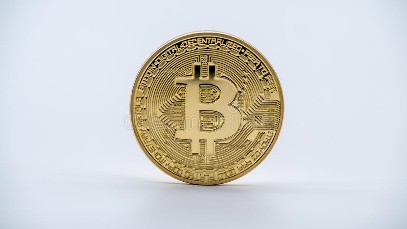 Devise d'or de Bitcoin en métal physique, fond blanc Cryptocurrency images libres de droits