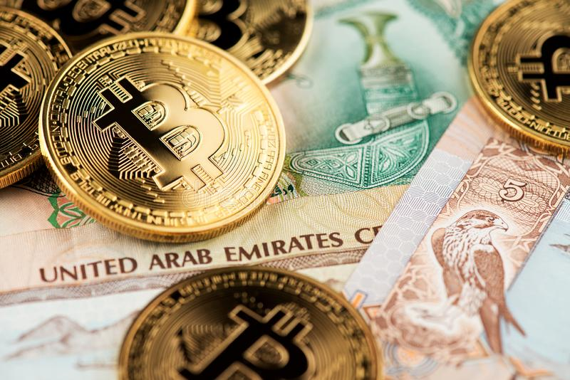 Devise des Emirats Arabes Unis avec Bitcoin d'or Cryptocurrency photographie stock libre de droits