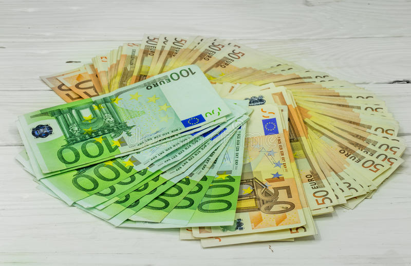 devise monétaire sur le fond en bois, euro billets de banque photographie stock