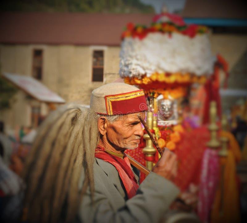 Devoção e fé - ancião de Himachali durante Shivratri justo imagem de stock