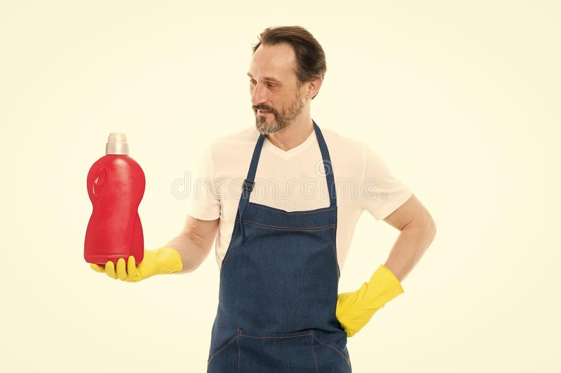 Devoir de nettoyage de service et de m?nage L'homme dans les gants en caoutchouc tiennent le produit d'?puration chimique en plas photographie stock libre de droits