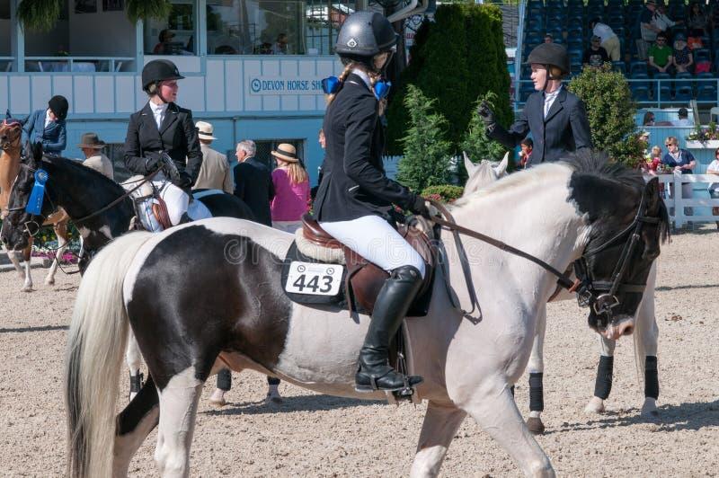 DEVON, PA - 25 MAI : Cavaliers exécutant avec leurs chevaux chez Devon Horse Show le 25 mai 2014 images stock