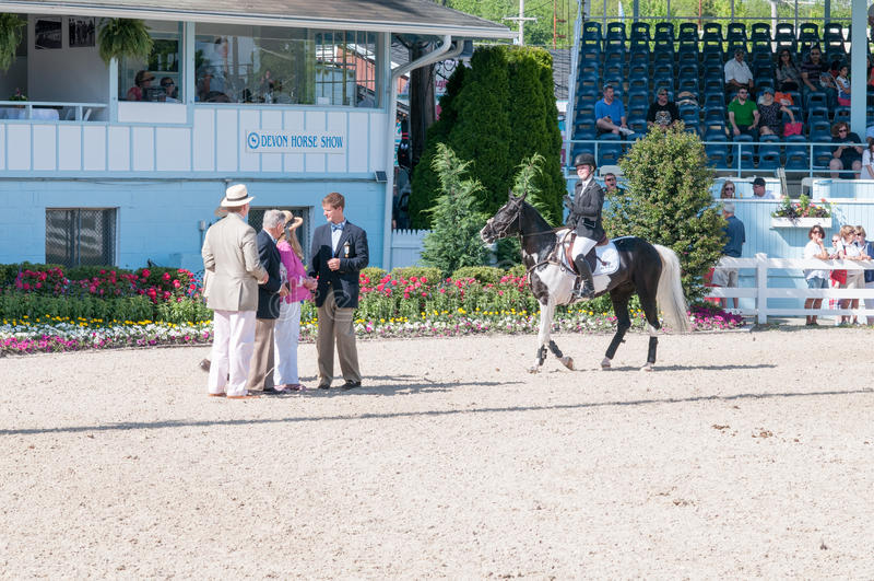 DEVON, PA - 25 MAI : Cavaliers exécutant avec leurs chevaux chez Devon Horse Show le 25 mai 2014 image libre de droits