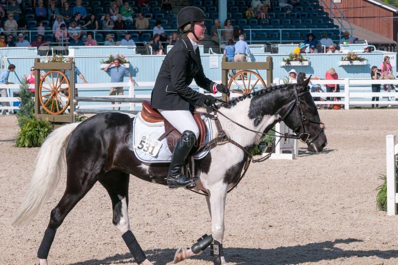 DEVON, PA - 25 MAI : Cavaliers exécutant avec leurs chevaux chez Devon Horse Show le 25 mai 2014 photographie stock