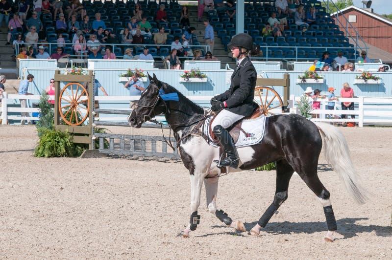 DEVON, PA - 25 MAI : Cavaliers exécutant avec leurs chevaux chez Devon Horse Show le 25 mai 2014 photos stock