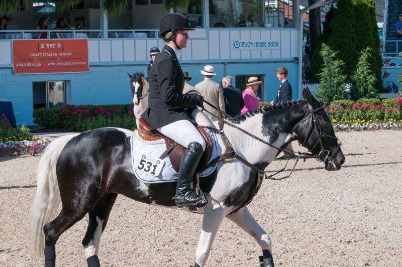 DEVON, PA - 25 MAI : Cavaliers exécutant avec leurs chevaux chez Devon Horse Show le 25 mai 2014 photographie stock libre de droits