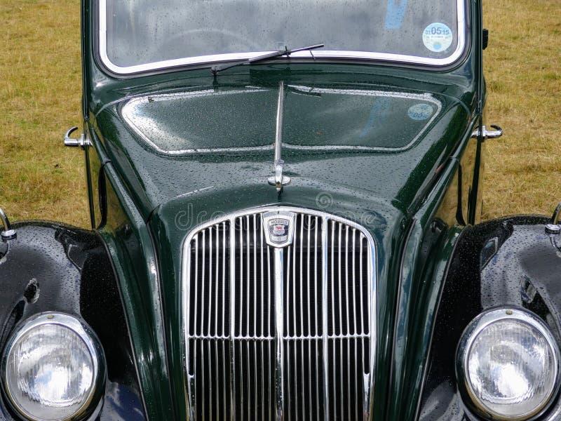 Devon, Reino Unido - 28 de julio de 2018: Morris verde y negro 8, una vista delantera de la parrilla y un capo y luces fotografía de archivo