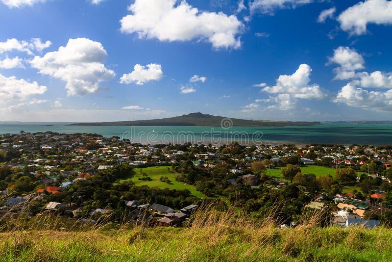 从Devonport,奥克兰,新西兰的朗伊托托岛和Hauraki海湾 免版税图库摄影
