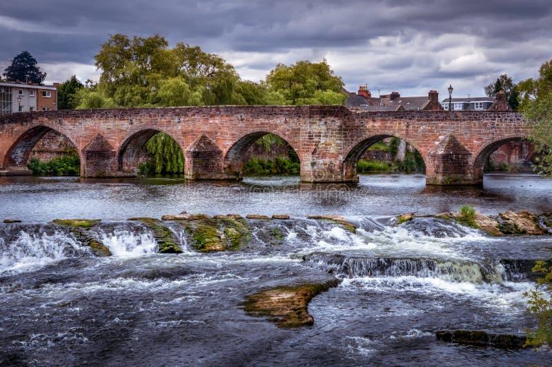 Devorgilla桥梁看法有岩石和小河的 库存照片