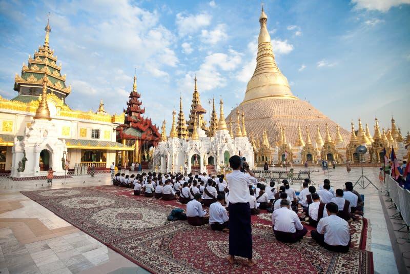 Devoto buddista che prega al festiva della luna piena immagini stock