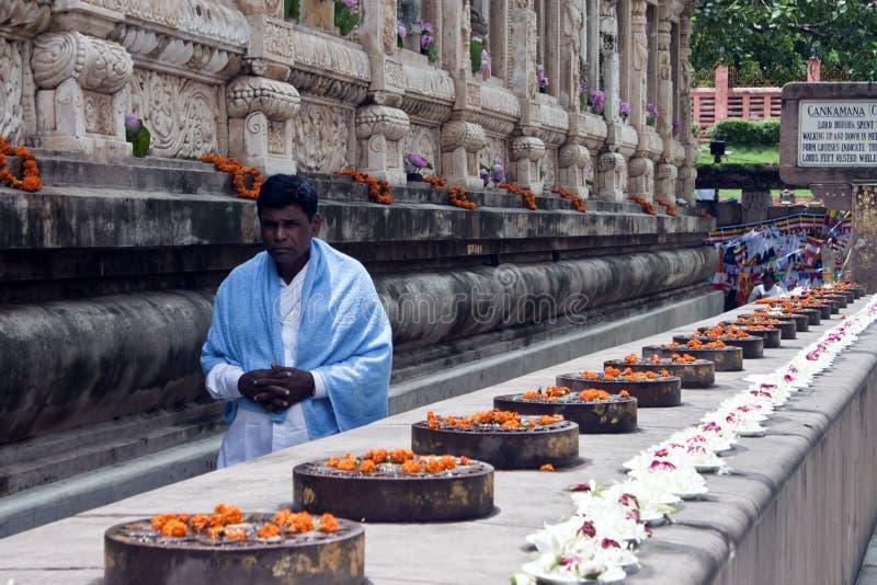 Devoto budista ao lado do templo de Mahabodhi imagem de stock royalty free