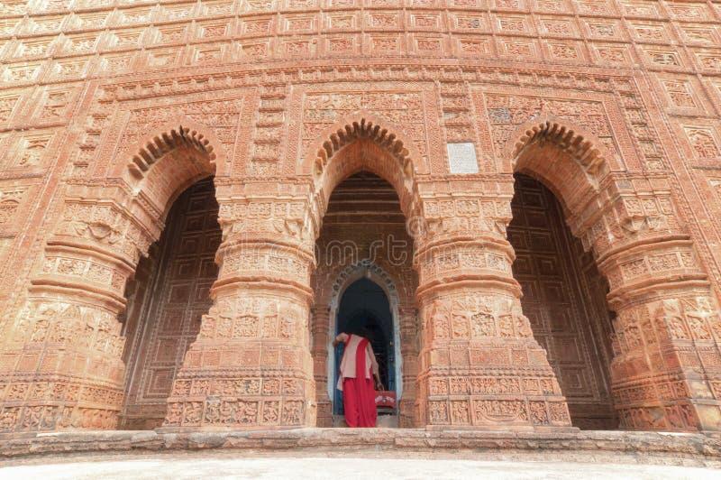 Devoto en el templo de Madanmohan, Bishnupur, la India imagen de archivo libre de regalías