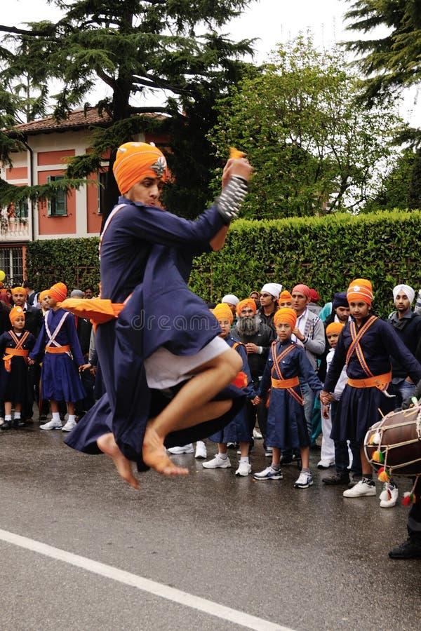 Devoto sikh che effettua al festival 2012 di Baisakhi fotografia stock