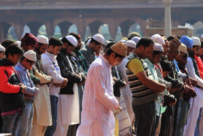 Devotos musulmanes imagenes de archivo