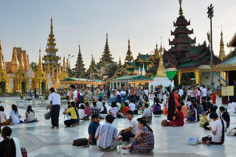 Devotos no pagode de Shwedagon yangon myanmar fotos de stock royalty free
