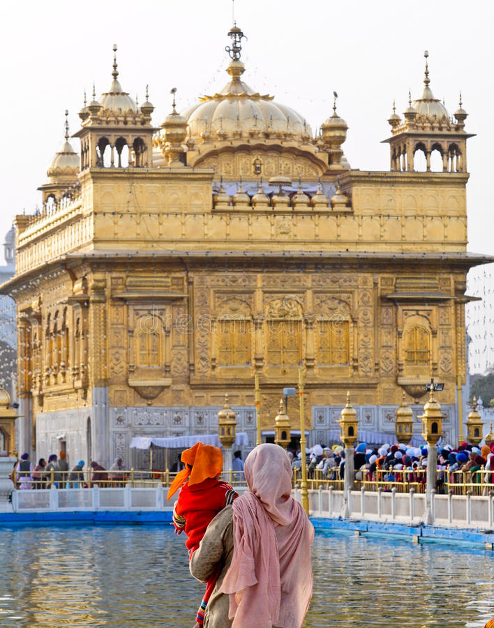 Devotos no templo dourado fotos de stock royalty free