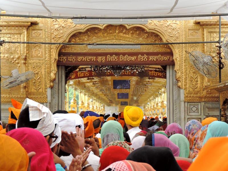 Devotos no templo dourado, Amritsar, ?ndia imagens de stock royalty free