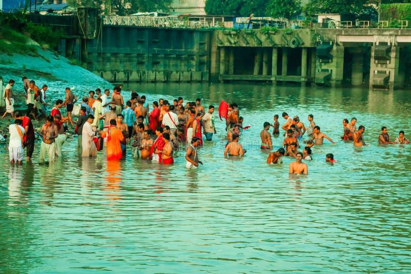 Devotos que toman el baño santo en el río el Ganges fotos de archivo libres de regalías