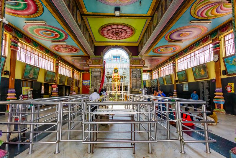 Devotos rezando no Templo Anjaneyar, Namakkal, Tamilnadu, Índia foto de stock