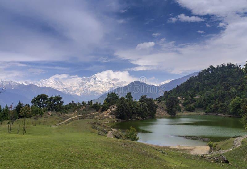 Devriya Taal eller Deoria Tal sjö, Garhwal, Uttarakhand, Indien arkivfoto