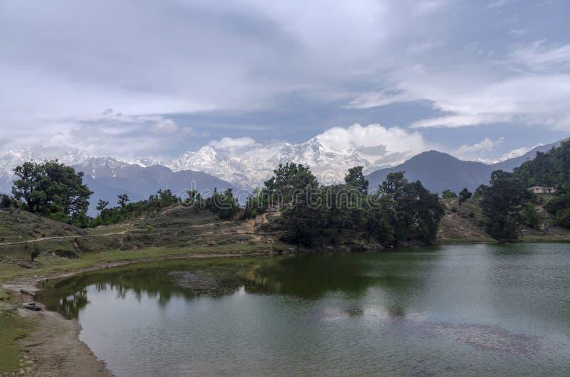 Devriya Taal eller Deoria Tal sj?, Garhwal, Uttarakhand, Indien royaltyfria foton