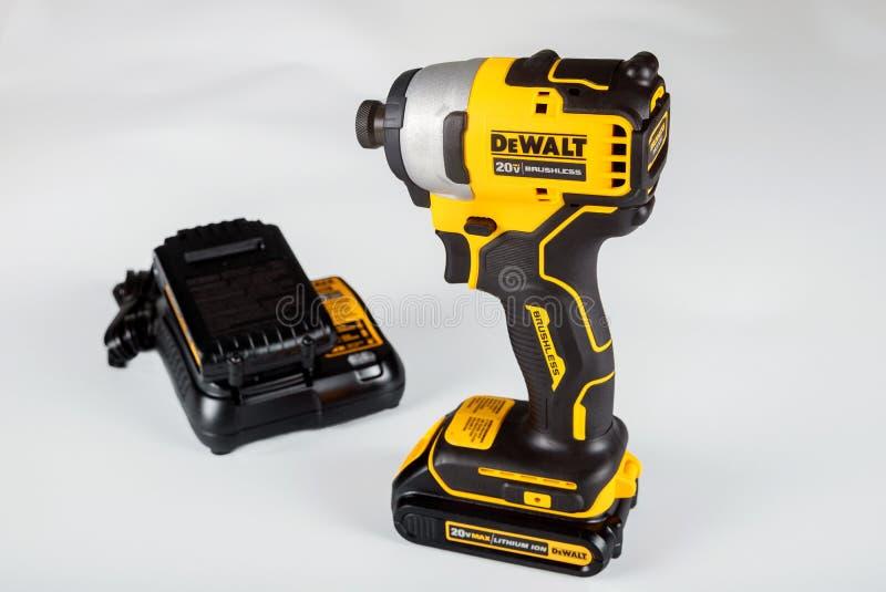 DeWalt cordless Power Drill sur fond blanc isolé image libre de droits