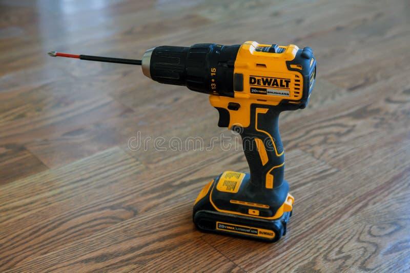DeWalt Power Drill sans fil sur un plancher en bois d'une nouvelle maison photo stock