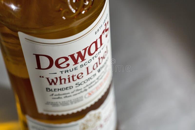 Dewar Szkockiego Whisky Biała etykietka mieszający zbliżenie zdjęcie royalty free