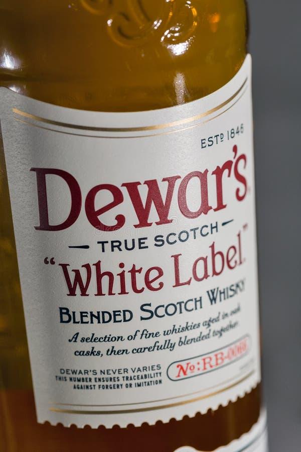 Dewar Szkockiego Whisky Biała etykietka mieszający zbliżenie obraz royalty free