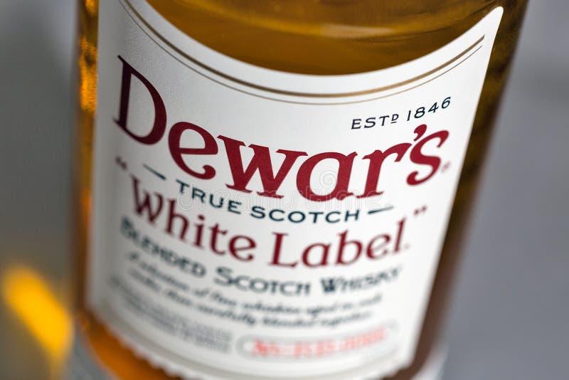 Dewar Szkockiego Whisky Biała etykietka mieszający zbliżenie obraz stock