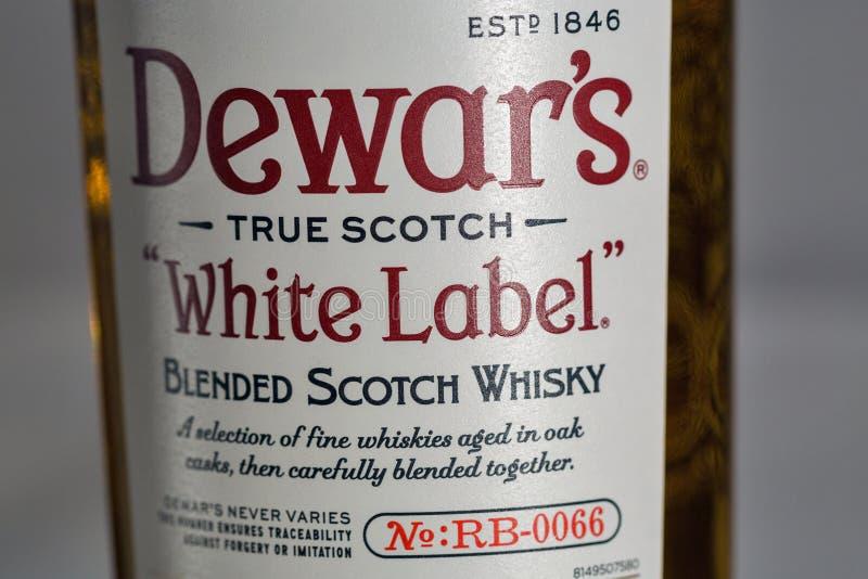 Dewar Szkockiego Whisky Biała etykietka mieszający zbliżenie obrazy stock