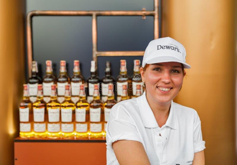 Dewar whisky kobiety barman przy atlanta weekendu festiwalem Kijów, Ukraina obraz stock