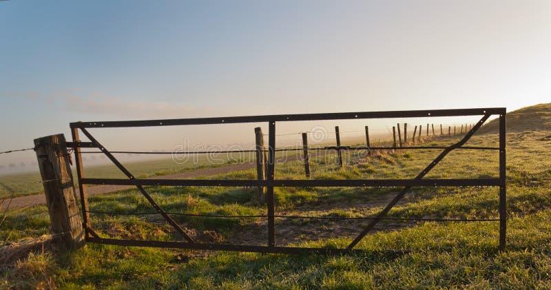 Dewdrops, die an einem rostigen Zaun hängen lizenzfreie stockfotografie