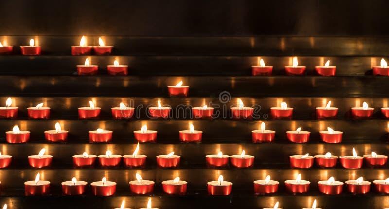Dewocyjne świeczki w kościół obraz royalty free