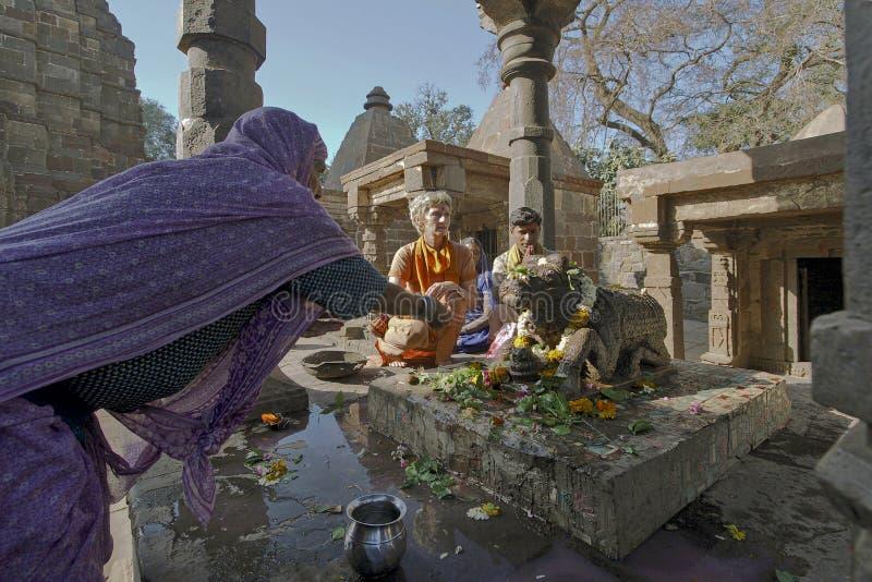 Dewotka robi Abisheka i oferuje modlitwy przy Małymi świątyniami W Mamleshwar Świątynny Powikłany Shri Mamleshwar Jyotirling Madh obrazy royalty free