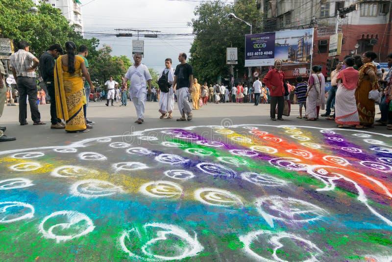 Dewotki coloured drogę w wigilię rath yatra w Kolkata mieście zdjęcia stock
