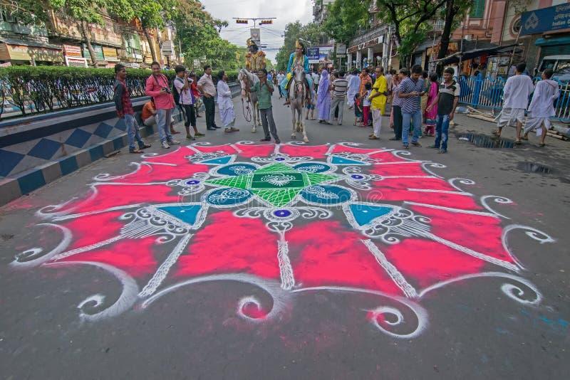 Dewotki coloured drogę w wigilię rath yatra w Kolkata mieście zdjęcie stock