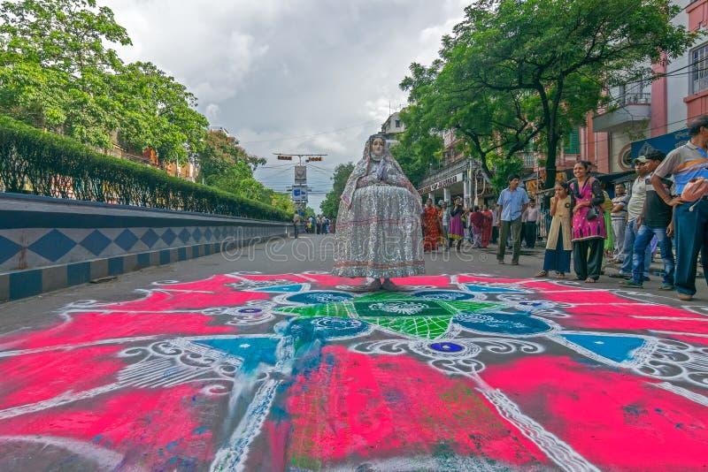 Dewotki coloured drogę w wigilię rath yatra w Kolkata mieście obrazy royalty free