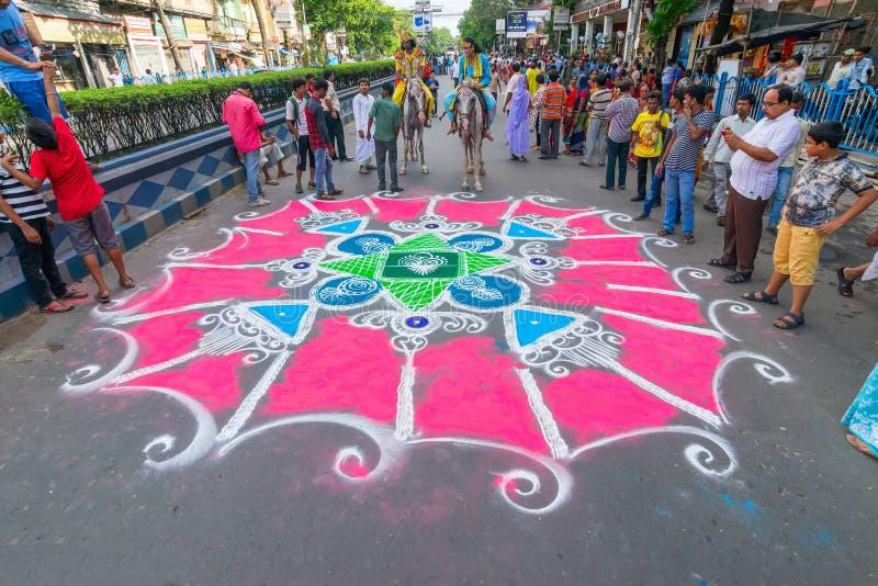Dewotki coloured drogę w wigilię rath yatra w Kolkata mieście fotografia stock