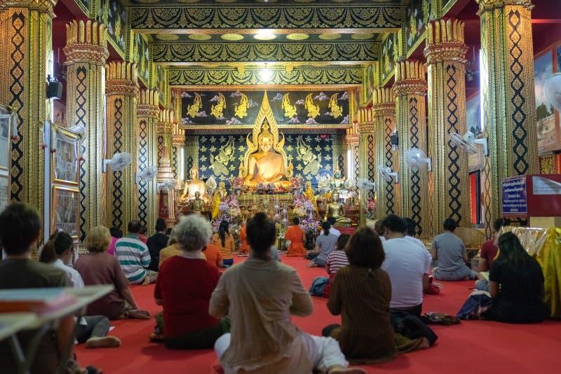 Dewotki i michaelita wśrodku Buddyjskiej świątyni obrazy stock