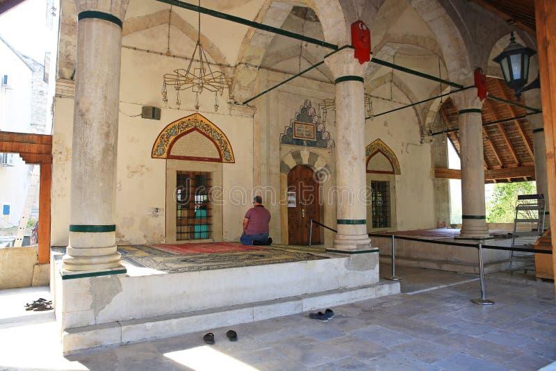Dewotki modlenie Na zewnątrz meczetu W Mostar, Bośnia zdjęcia royalty free
