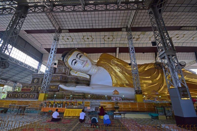 Dewotki ono modli się przy Shwethalyaung Buddha, Bago, Myanmar zdjęcia stock