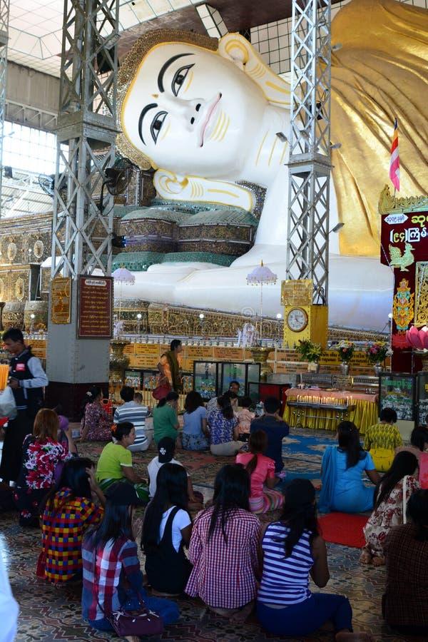 Dewotki ono modli się przy Złotym opiera Buddha lub Shwethalyaung Buddha, Bago Myanmar zdjęcie stock