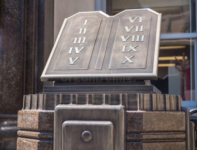 Dez mandamentos fora da casa de tribunal de comarca em Clarksburg West Virginia fotos de stock