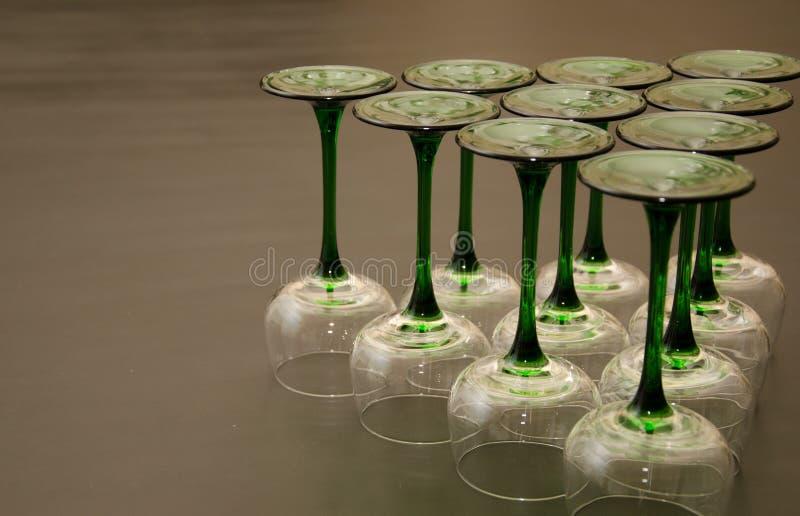 Dez vidros de vinho provindos verdes clássicos imagens de stock royalty free