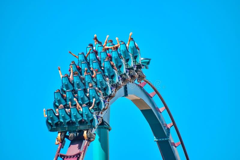 Deze achtbaan is gekend voor hoge snelheden, diepe duikvluchten en trillingen rond elke draai in Seaw stock fotografie